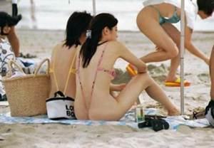 Blote strandmeisjes