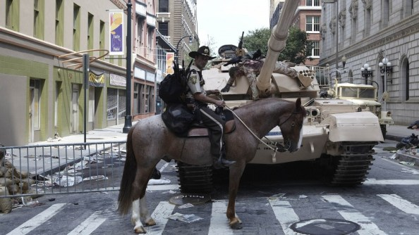 Walking Dead Horse and Tank 1024x576 Walking Dead   Horse and Tank