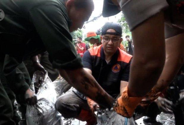 Banjir Surut, Anies Ikut Kerja Bakti Dengan Warga Jaktim