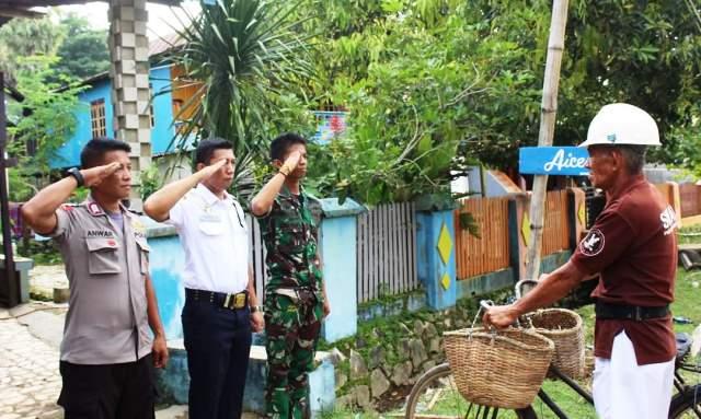 Foto Tiga Pria Berseragam TNI, Polisi dan Security Beri Hormat ke Pria Tua Penjual Ikan, Viral di Media Sosial