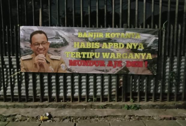 TIKTAK.ID - Jakarta Banjir Lagi, Spanduk Tuntut Anies Mundur Muncul di Jakpus