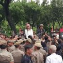TIKTAK.ID - Demonstran Ngamuk di Depan Kantor Anies Baswedan, Lempari Petugas dengan Panci Hingga Lompat Pagar