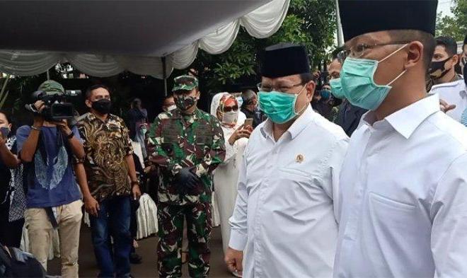 Datangi Rumah Duka Djoko Santoso, Prabowo-Sandi Kompak Berkemeja Putih dan Peci Hitam