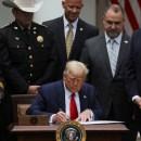Ini Alasan Warga dan Senat AS Anggap RUU Reformasi Kepolisian yang Diteken Trump 'Setengah Hati' dan Tak Memadai