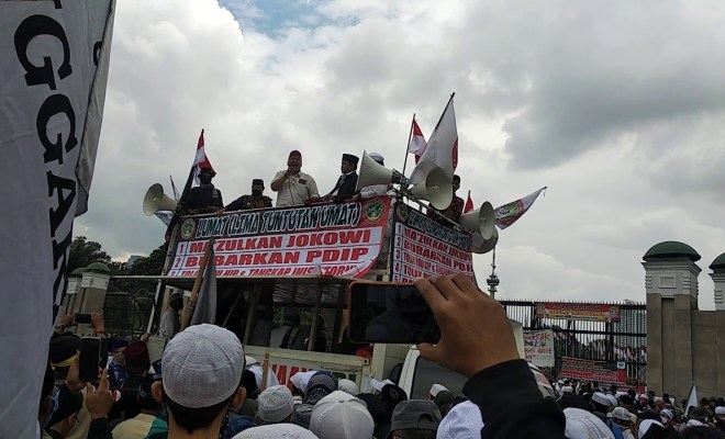 Bawa Poster 'Bubarkan PDIP' dan 'Makzulkan Jokowi', Massa Demo Minta Inisiator RUU HIP Diusut