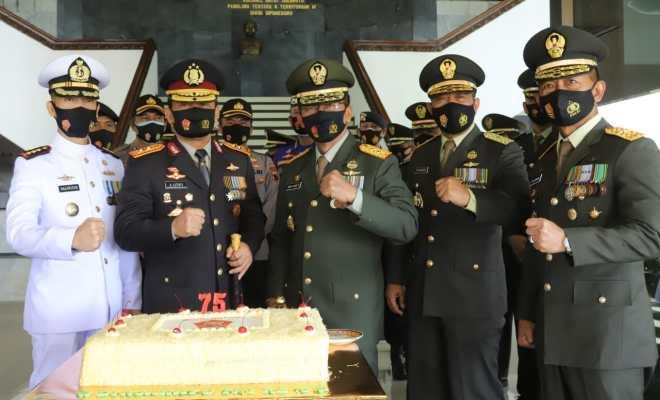 HUT ke-75 TNI, Kapolda Jateng Beri Kejutan ke Pangdam IV Diponegoro