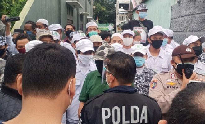 Datangi Kediaman Habib Rizieq, Penyidik Polda Metro Jaya Dihadang FPI
