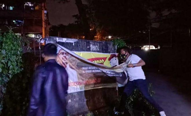 Bukannya Dicopot TNI, Baliho Rizieq Shihab di Makassar Malah Diturunkan Anggota FPI