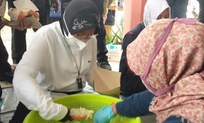 Mensos Risma Ikut Bantu Bungkus Nasi Korban Banjir Jember, Hidayat Nur Wahid Geram