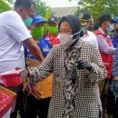 Risma Datangi Korban Banjir Bawakan Makanan dan Selimut, Warga: Tak Tahu Kalau itu Menteri