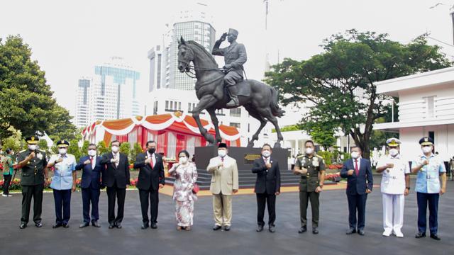 Patung Bung Karno Naik Kuda di Halaman Kemenhan Diresmikan Prabowo dan Megawati