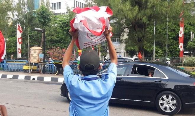 Pengamat Sebut Aksi Jokowi Bagi-bagi Bansos 'Memalukan'