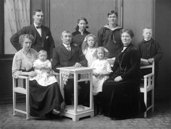 Anna Sophie med en del av familien samt det første barnebarnet  1912