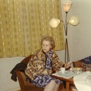 Mormor Erna i et typisk hverdagsøyeblikk. Klar til å fortelle en historie.