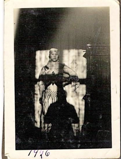 Min mormor utkledd som Haremsdame. En dame på over 90 som var ingiftet i vår familie fortalte da hun så dette bildet et min mormor var så festlig og fant på så mange morsomme ting.