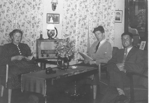 Kaspara likte å lese. Her hjemme hos seg selv med 2 av sine sønner.