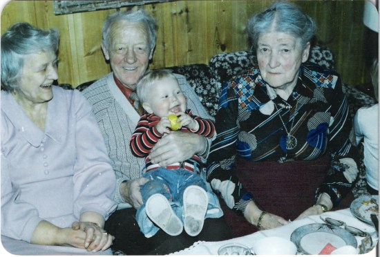 Min bestefar Nordahl i midten med min lillebror på fanget. På høyre side hans mor Kaspara og på venstre side hans kone, mormor Erna