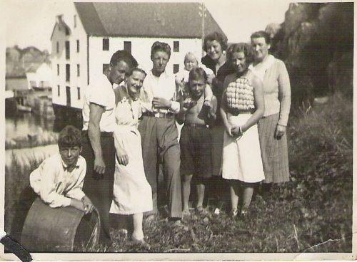 Familien Rødsand i hagen til Heinsagt 13 Fra v Leif -Karl- Nelly f Waage Kåre -Emil mAstrid på skuldrene, Kristine - Lilla Hjørdis foran og Kaspara 1938-39