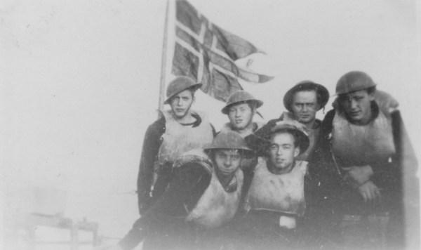 Roar i Marinene m hjelm, kamerater og flagg E