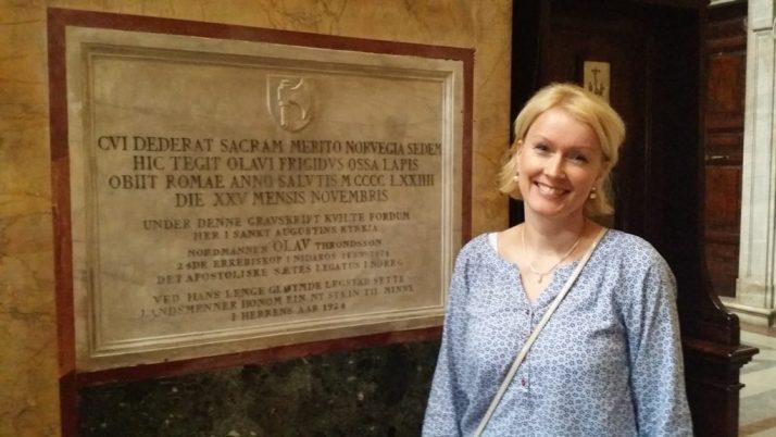 Her står jeg ved siden av gravskriften til Olav Trondsson i San Agustino kirken i Roma