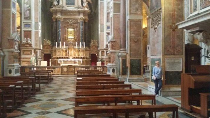 Her i midskipet i San Augustino-kirken står jeg ved gravskriften til biskop Olav Trondsson