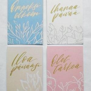 Neljä erilaista yksiosaista postikorttia, joissa tekstiä, suunnittelija Ria Tuohilampi