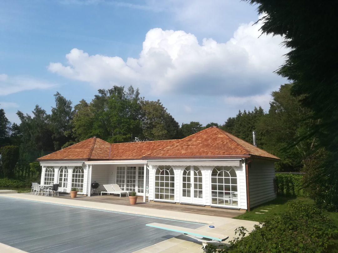 réalisation d'un toit en cèdre sur une poolhouse