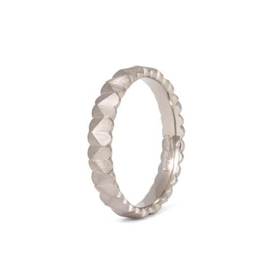 Schmaler Weißgold-Ring aus der Kollektion Herzblatt