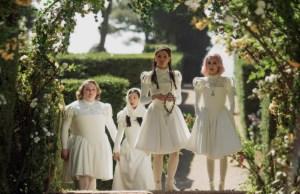 Emma Roberts y las protagonistas de 'Paradise Hills'