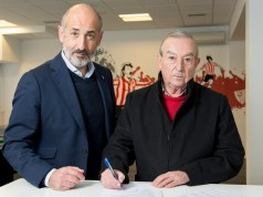 Los presidentes de los dos equipos firmando la ampliación.