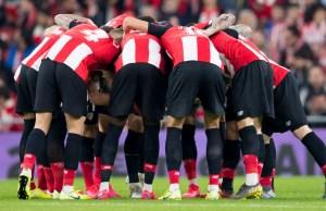 El equipo concentrado en el partido