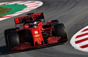 Vettel dando sus primeras vueltas con el SF1000