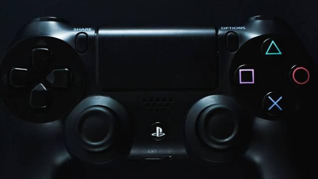 Mando de la PS4 y modelo del de la próxima consola de Sony.