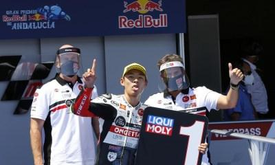 Tatsuki Suzuki con su equipo en el AndaluciaGP