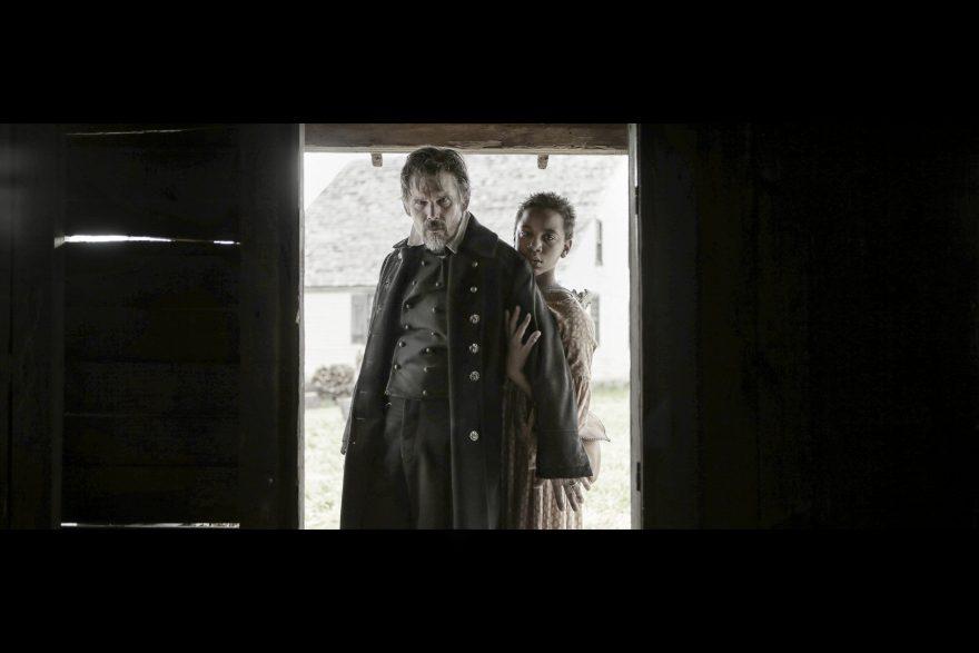 Ethan Hawke y Joshua Caleb-Johnson en el rodaje de 'El pájaro carpintero' / Fuente: Movistar+