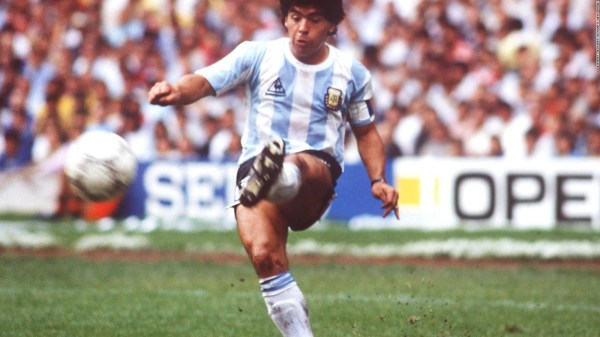 Maradona jugando con la albiceleste.