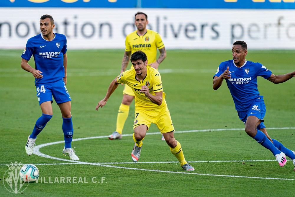 Gerard Moreno y Fernando disputan un balón en el encuentro de la temporada pasada. / Fuente: @VillarrealCF