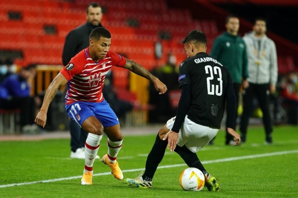Machís tirando un caño a un jugador del PAOK