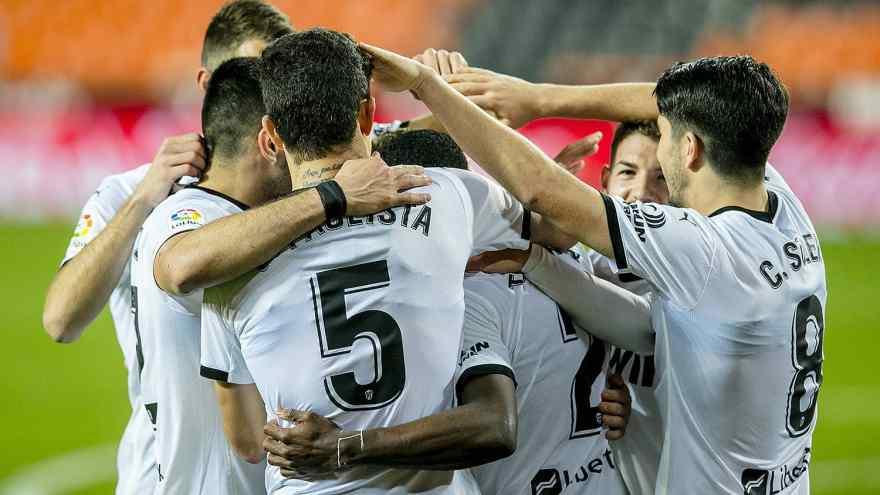 Los jugadores del Valencia CF celebran el segundo gol en Mestalla