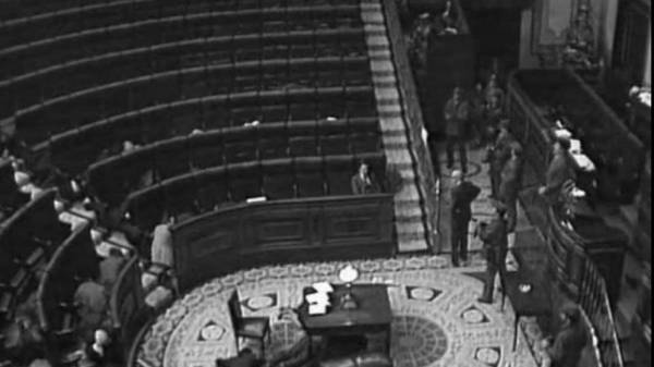 Suárez permanece en su escaño, símbolo democrático.