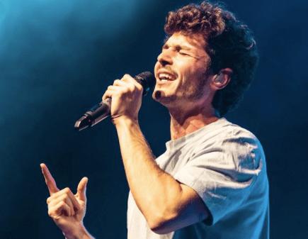 Fotografía de Miki Núñez con una camiseta gris durante uno de sus conciertos