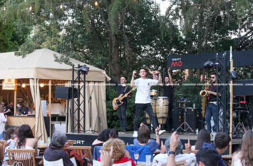 El artista en el escenario del Festival Jardins Pedralbes/ Fuente: Lara Ballesteros