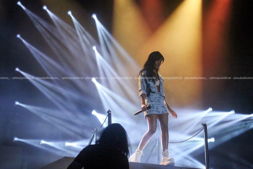 La artista catalana con una chaqueta azul y un top blanco cantando encima del escenario del Cerdanya Music Festival/ Fuente: Lara Ballesteros