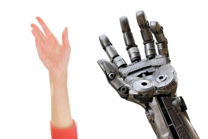 A mão humana ao lado de mão do robô