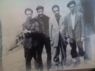 De gauche à droite : KAKI Ramdane (vivant), SAHRIDJ Ali (vivant), OULD FEROUKH Madjid (Chahid), AIT CHELLOUCHE Idir (Chahid)