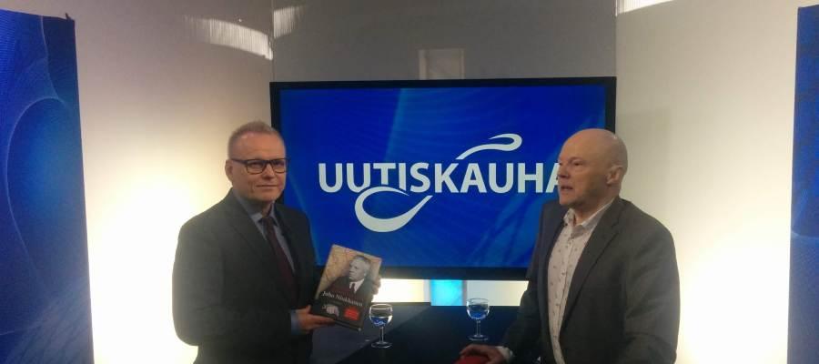 Tietokirjailija Mikkilä (kuvassa oik.) on myös saanut julkisuutta.