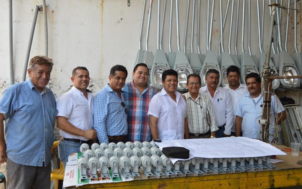 Constructora dona material para alumbrado de ocho colonias