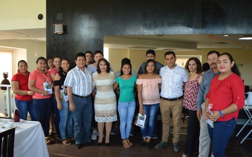 """Alcalde y su esposa conviven con """"ahijados"""" de Telesecundaria San Blas"""