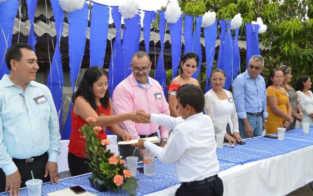 Presidenta del DIF felicita a alumnos de Solera de Agua por concluir su educación primaria