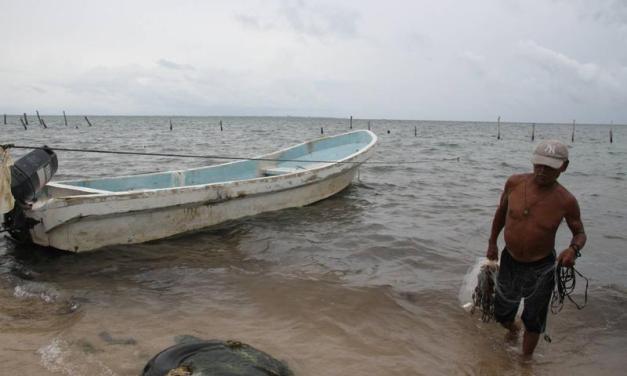 Cierran el puerto Michoacano por onda tropical número 30